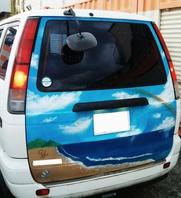 車のリア部分にスプレーアートの画像